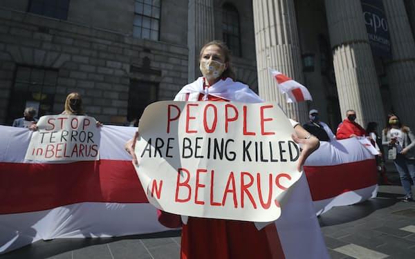 ベラルーシのルカシェンコ政権に抗議するデモが欧州各地で開かれた(29日、ダブリン)=AP