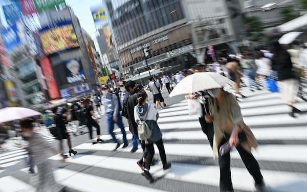 スクランブル交差点をマスク姿で歩く人たち(5月25日、東京都渋谷区)