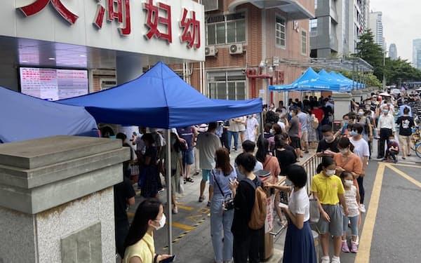 PCR検査のため保健センターで列をつくる市民(31日午前、広州市)