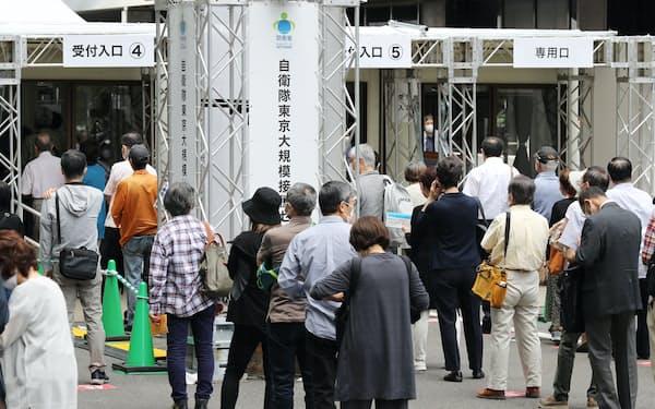 接種対象が東京、埼玉、千葉、神奈川の4都県に拡大された自衛隊の大規模接種センターの東京会場(31日午前、東京・大手町)