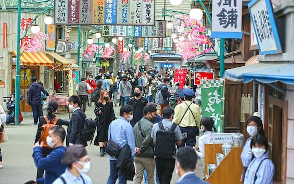 1960年代をイメージした昭和の商店街を再現