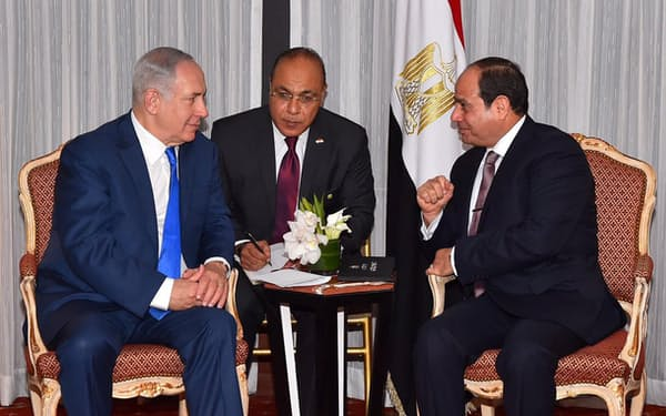 2017年9月に会談するネタニヤフ・イスラエル首相(左)とシシ・エジプト大統領(右)。アラブ諸国で最初にイスラエルと和平を結んだエジプトは、イスラエル・パレスチナ双方から信頼を得ている(エジプト大統領府提供)=ロイター