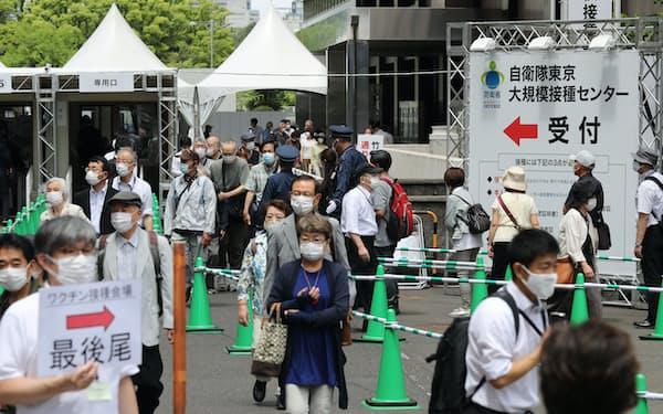 接種対象を首都圏4都県に拡大した大規模接種センターの東京会場(31日、東京・大手町)