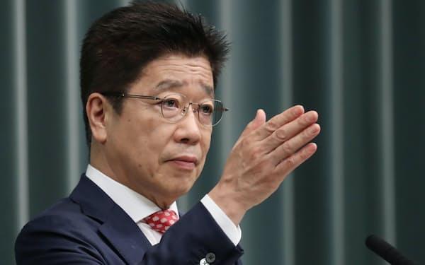 記者会見する加藤官房長官(31日午前、首相官邸)