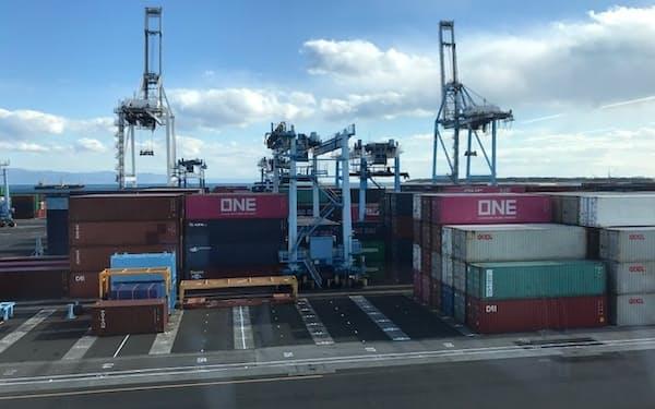 コンテナを運ぶ大型クレーンを遠隔操作できるようにする(清水港)