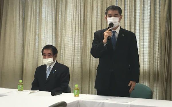 自民党歳費法に関する検討プロジェクトチームの会合であいさつする柴山座長(31日、党本部)