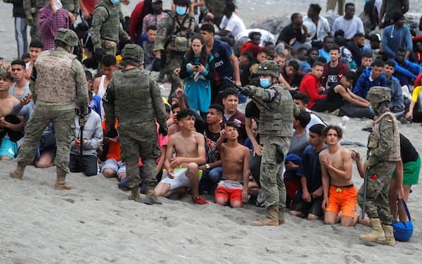 17~18日、スペイン領セウタに不法入国した移民は7千人を超えた=ロイター