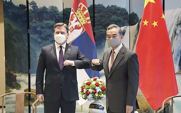 セルビアのセラコビッチ外相(左)と写真に納まる中国の王毅国務委員兼外相=29日、中国貴州省(中国外務省のホームページより、共同)