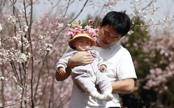 20年の出生数は中国建国後最大の落ち込みだった(北京市)=AP