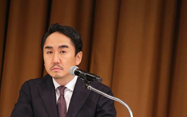 記者会見で質問を聞くLINEの出沢剛社長(23日、東京都港区)