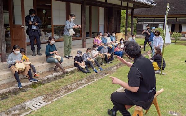 縄文太鼓の制作前に演奏家と参加者が実際にたたいてセッションした(5月23日)
