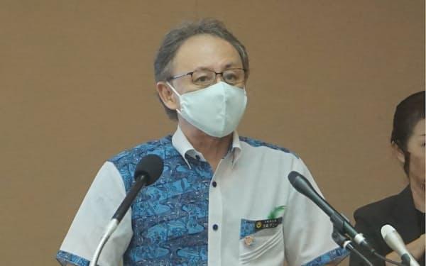 記者会見する沖縄県の玉城知事(31日、県庁)