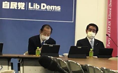 31日、自民党の会合であいさつする二階幹事長(左、党本部)