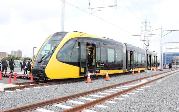 LRTは流線型の車両に稲妻が走るようなデザイン(31日、宇都宮市)