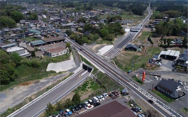 茨城空港アクセス道路(左下から右上)は、茨城空港と常磐自動車道をほぼ直線でつなぐ(茨城県小美玉市)