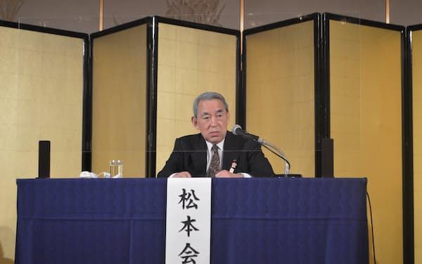 定時総会後の記者会見で抱負を述べる松本正義会長(31日、大阪市)