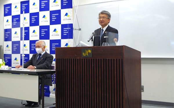 新理事長に就任する高柳氏㊨と会長に就く御室氏