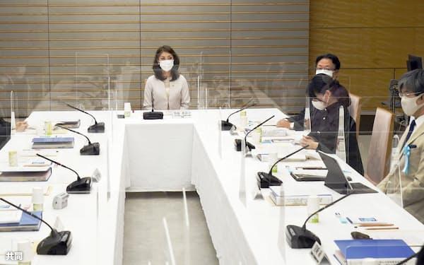 首相官邸で開かれた安定的な皇位継承策を議論する有識者会議。中央は曽根香奈子・日本青年会議所監事=31日午後