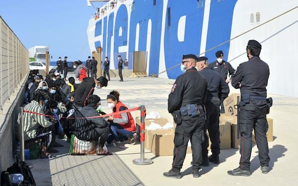 イタリア南端ランペドゥーザ島の港に到着した移民(5月)=AP
