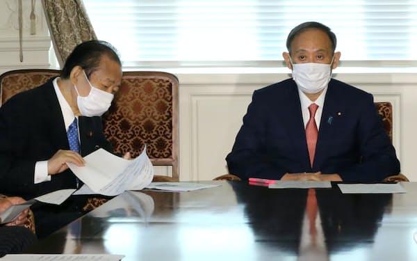 自民党役員会に臨む菅首相と二階幹事長㊧(31日午後、国会内)
