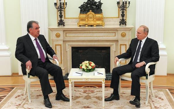 プーチン・ロシア大統領㊨は5月8日、タジキスタンのラフモン大統領との会談で同国の駐留ロシア軍の強化を表明した=ロイター