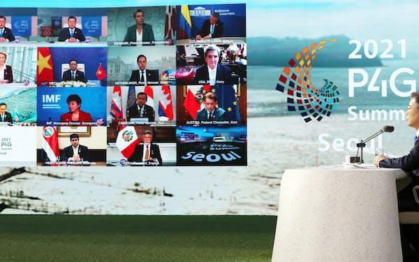 31日、オンラインで開かれた「P4Gソウル首脳会議」。右は韓国の文在寅大統領=聯合・共同