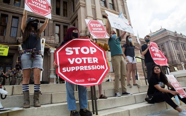 投票制限法案に反対する有権者(5月、米テキサス州オースティン)=ロイター