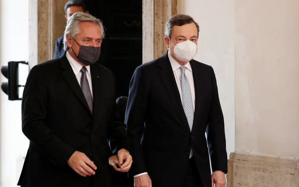 アルゼンチンのフェルナンデス大統領㊧はイタリアのドラギ首相をはじめ、欧州各国の首脳に債務減免を求めている(5月13日、ローマ)=ロイター