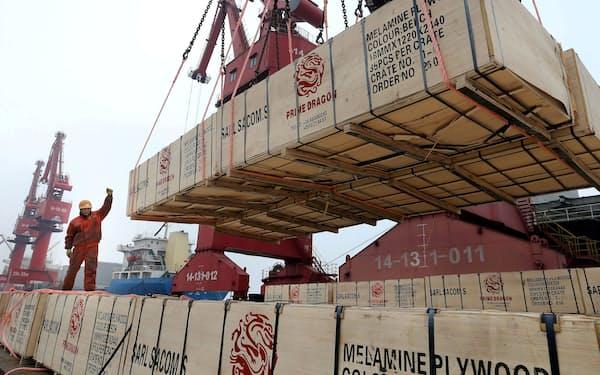 人民元高は中国輸出企業の重荷に(江蘇省連雲港での積み出し作業)=ロイター