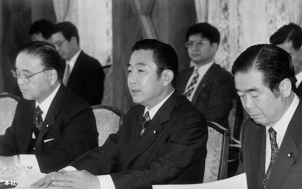 行革会議の初会合で21世紀の国家機能のあり方、中央省庁再編、官邸機能強化の3つをテーマに審議を進め1年以内に成案をまとめる方針を発表する行革会議会長の橋本龍太郎首相(中央)=1996年11月28日午前、首相官邸で。