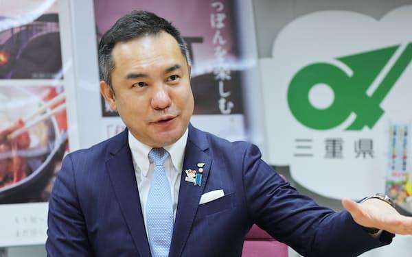 インタビューに応じる鈴木・三重県知事(県庁)