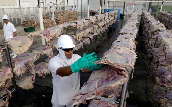 JBSは食肉加工で世界最大手(ブラジルの施設)=ロイター