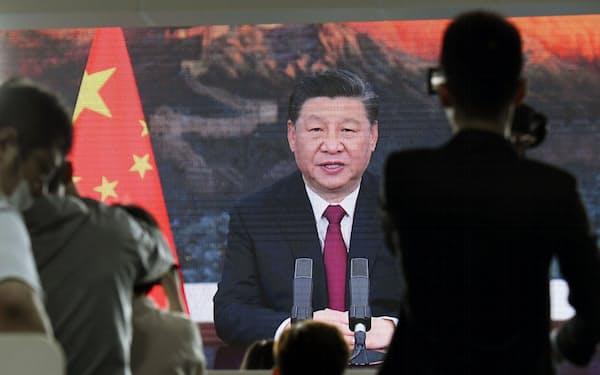 「博鰲アジアフォーラム」でビデオ演説する中国の習近平国家主席(4月20日、中国海南省)=共同