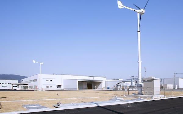 豊田合成のいなべ工場では風力発電などで消費電力の4割を賄う(三重県いなべ市)