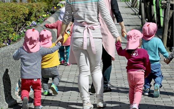 女性の社会進出に伴い保育のニーズは増えている(散歩する保育園児、東京都中央区)