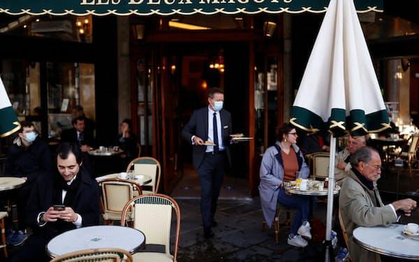 パリで営業を再開したカフェ。欧州でも経済の正常化が進み始めた=ロイター