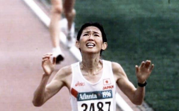 アトランタ五輪女子マラソンで3位でゴールインする、日本の有森裕子(1996年7月)