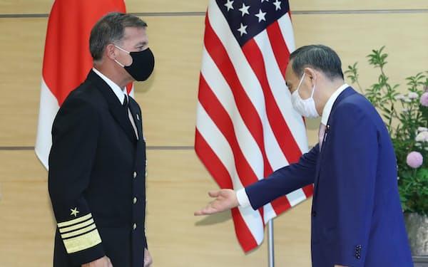 会談を前に米インド太平洋軍のアキリーノ司令官㊧に席を勧める菅首相(1日午後、首相官邸)