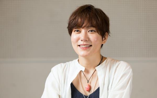 「よろいをまとった女優たちが、人間同士の付き合いに変わっていく」と魅力を語る鈴木杏