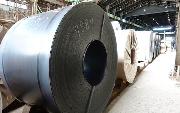 需給が逼迫する鋼板類を中心に鋼材の値上がりが続いている(千葉県浦安市の鋼材問屋にある熱延コイル)