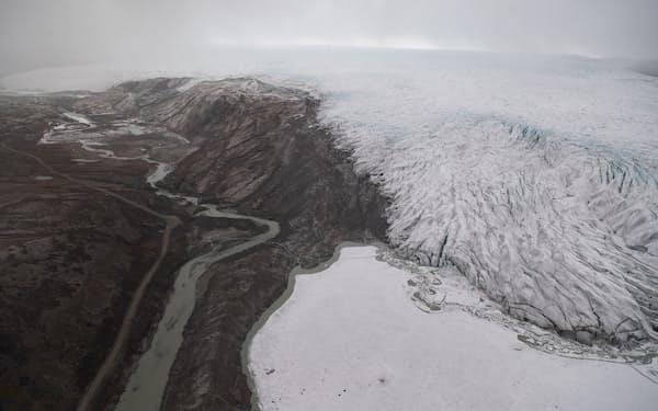 北極圏のグリーンランドでは温暖化の影響で氷層がとけて陸地が現れつつある=ロイター