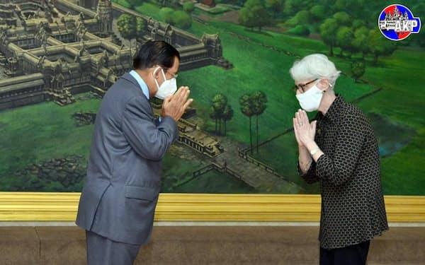 会談するカンボジアのフン・セン首相㊧と米国のシャーマン国務副長官(6月1日、プノンペン)=カンボジア首相府のツイッター