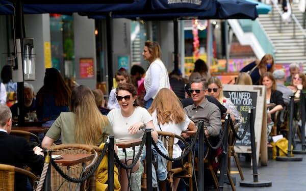 飲食店などの営業が再開し街がにぎわいを取り戻しつつある(5月28日、ロンドン)=ロイター