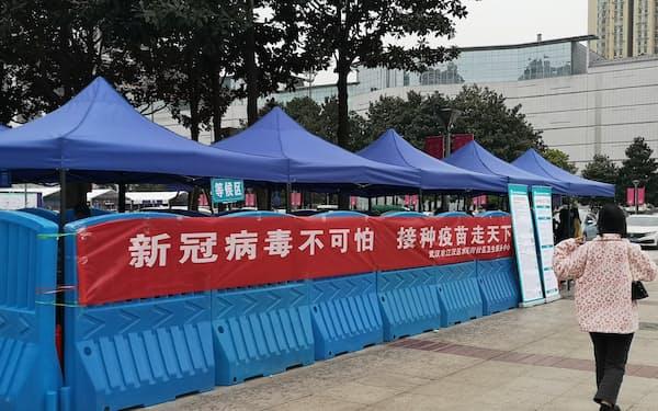 中国は新型コロナウイルス向けワクチンの接種も拡大している(21年4月、湖北省武漢市の野外接種所)