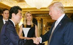 2016年11月の初会談前、握手を交わす安倍首相(左)とトランプ次期米大統領=ニューヨークのトランプタワー(内閣広報室提供・共同)