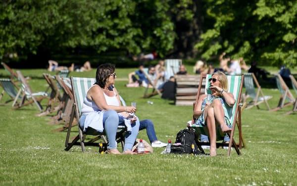 英政府はロックダウンを段階的に緩和し、人々は外出を楽しんでいる(1日、ロンドン)=AP