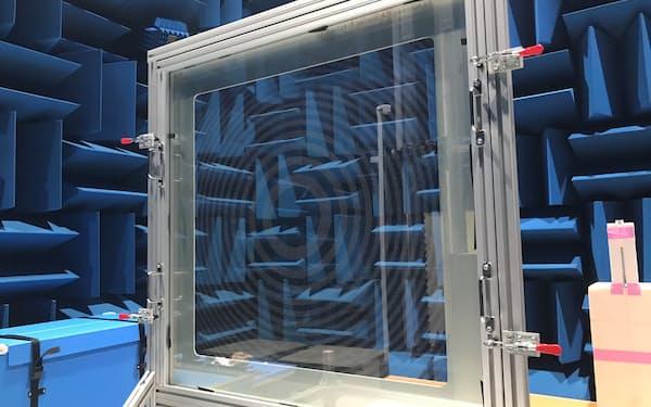 実験で使われた「メタサーフェスレンズ」。見た目を整える透明化処理前で、同心円状の模様が見える