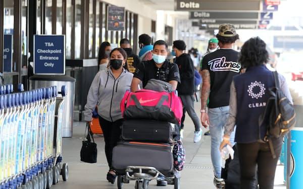 旅行者で混み合う米ロサンゼルス国際空港(27日)=ロイター