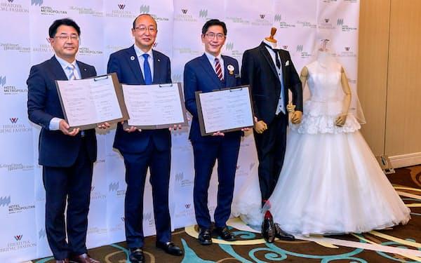 ホテルウエディング誘客で連携する花巻温泉の安藤昭社長(左から2人目)ら