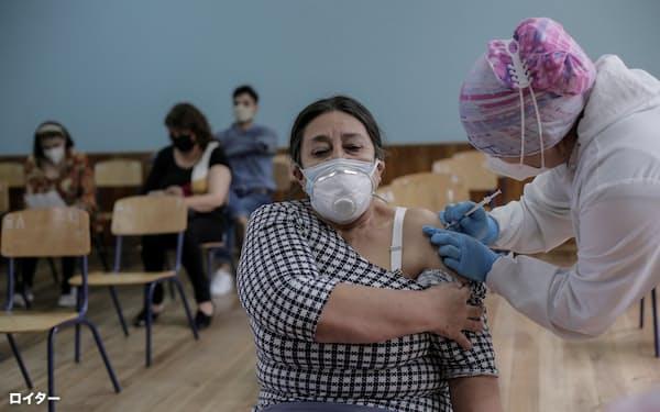 ワクチン接種を受ける女性(6月、エクアドル)=ロイター